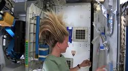 Bodoče astronavtke: poglejte, kako si dekleta umivajo lase v vesolju