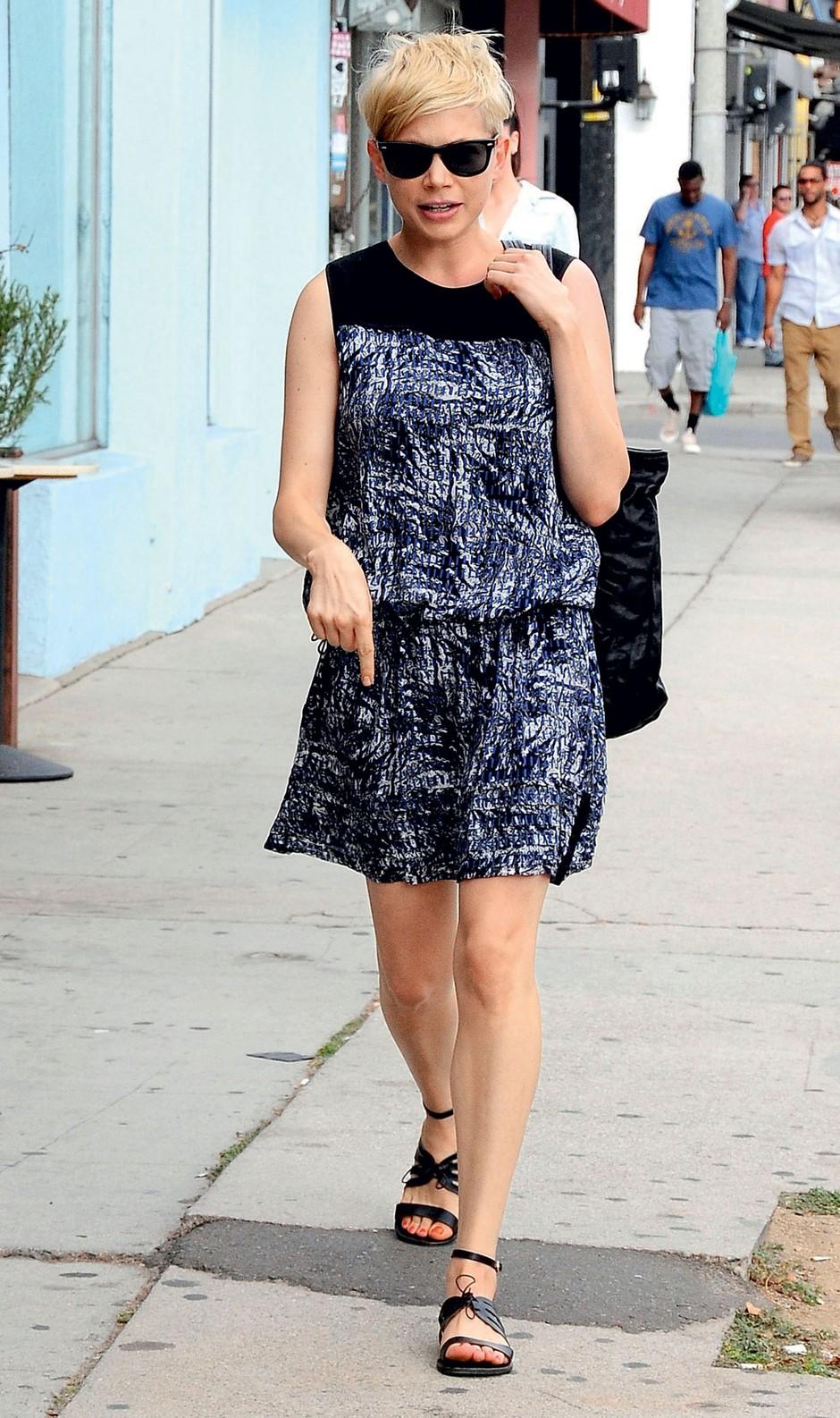 Michelle Williams opozarja na svoj izbor sandalov. (foto: Primož Predalič, promocijsko gradivo, profimedia)