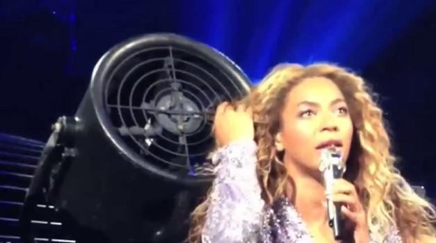 Beyonce doživela nerodno nesrečo med koncertom (foto: profimedia)