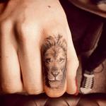 Manekenka  Cara Delevigne  si je omislila 'prstan moči'. (foto: osebni arhiv, profimedia)