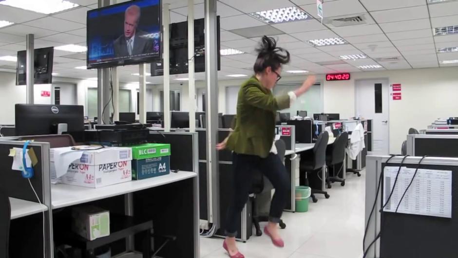Spoštovani šef, odhajam. In od veselja plešem. (foto: mvsdzb @ YouTube)