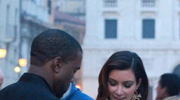 Kim Kardashian in Kanye West sta se zaročila sredi stadiona (foto: profimedia)