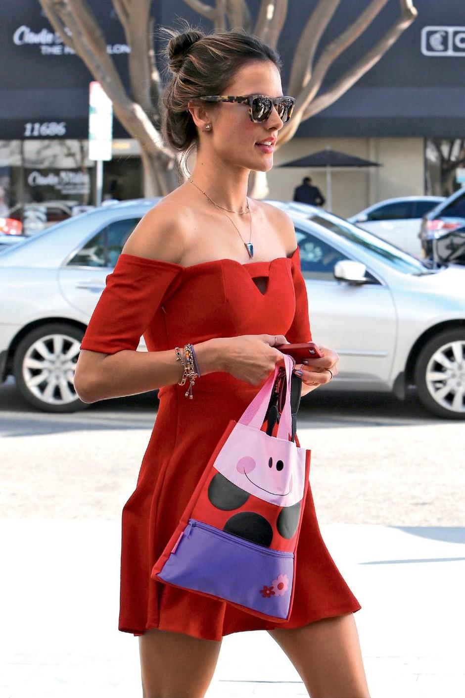 Alessandra Ambrosio: seksi mamica v rdečem (foto: profimedia)
