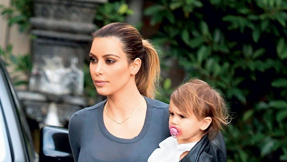 Resničnostna  zvezdnica Kim  Kardashian je  hčerkico North  povila 15. junija.  (foto: Profimedia)