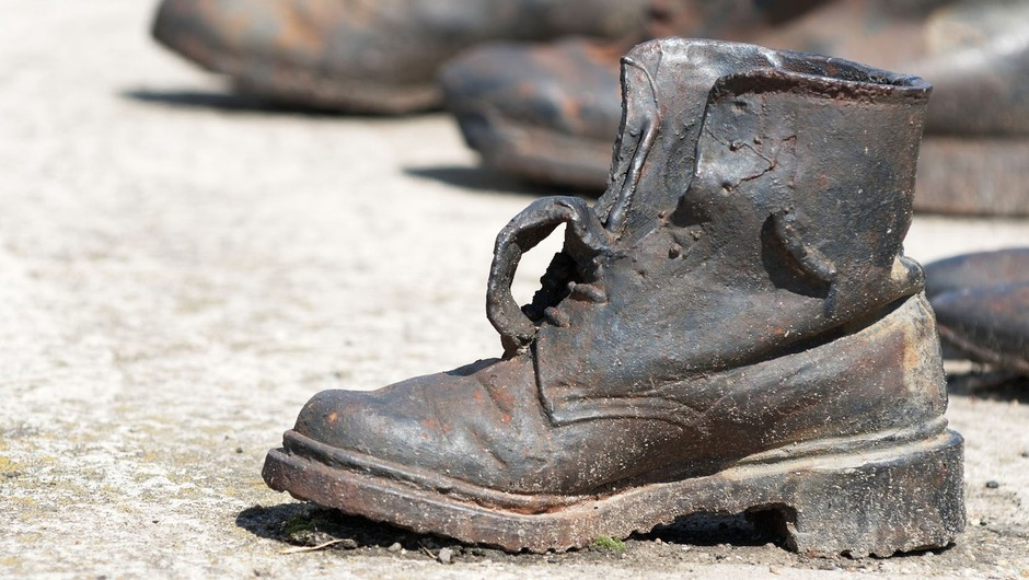 Spomenik umrlim židom v Budimpešti. Čevlji na plaži ob Donavi. Delo umetnikov Gyule Pauer in Cana Togaya. (foto: profimedia)