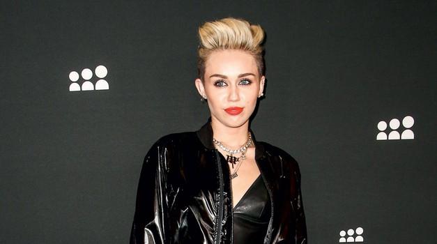 Kavbojke, kot jih nosi Miley Cyrus, obvezno privihaj. (foto: Cosmopolitan)