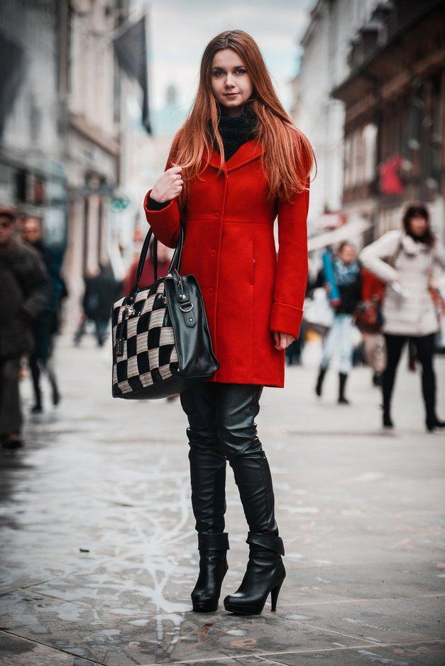 Sara nas je pritegnila z močno barvo plašča. Rada se oblači elegantno, po nakupih pa vsake toliko skoči čez mejo v Italijo. (foto: Robert Ribič)