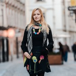 Anja se rada obleče v oblačila slovenskih oblikovalcev. Predvsem pa so ji všeč zanimivi vzorci in detajli. (foto: Robert Ribič)