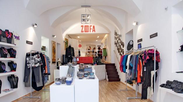 Oblikovalci so v trgovini tudi prodajalci in kar osebno sprejemajo naročila strank. (foto: Helena Kermelj)