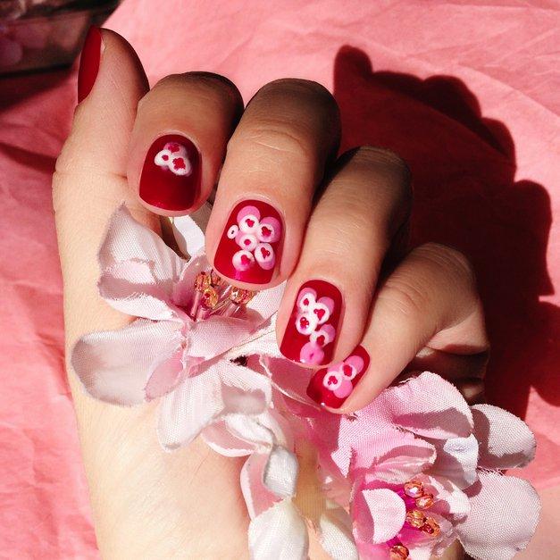 Lepotni trend - manikira s češnjevimi cvetovi (foto: Nika Veger)