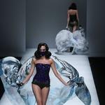 Zdrsi, padci in vrhunci s kitajskega tedna mode (foto: profimedia)