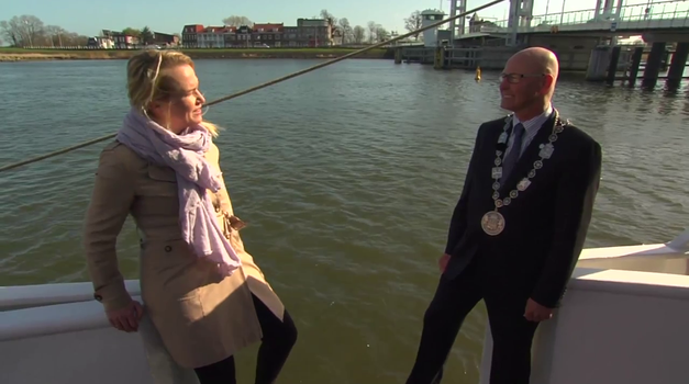 Leti, leti, leti ... danska novinarka! (foto: YouTube)
