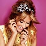 Lauren nosi obleko Dolce&Gabbana; ogrlico z inicialkami David Yurman; pleteno ogrlico, prstan s kamnom, Annina Vogel; prepleten prstan, Nancy Newberg; priščipnjen prstan, Shay Accessories; prstan z vrtnico,  Aurélie  Bidermann.  (foto: Matt Jones)
