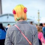 Z barvami in vzorci se igraj tudi pri frizuri.  (foto: Profimedia, Primož Predalič)