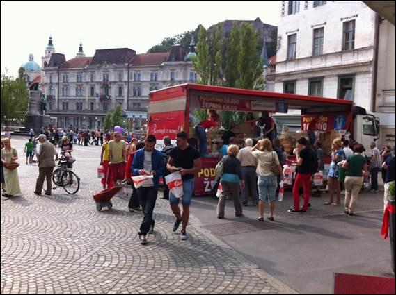 Na Prešernovem trgu podarili kar 10.000 žepnih knjig (foto: felix)