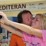 Selfiji poljubov pod Tartinijevim kipom (foto: foto: Jadran Rusjan in Janez Kočar)
