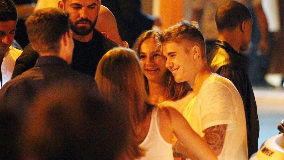 Justin Bieber pred restavracijo Capriani na Ibizi, le nekaj trenutkov pred prepirom (foto: Profimedia)