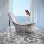 Ta čudovita, z mozaiki okrašena kad v obliki ženske stiletke bi te stala - reci in piši - 13,000 eurov. (foto: profimedia)