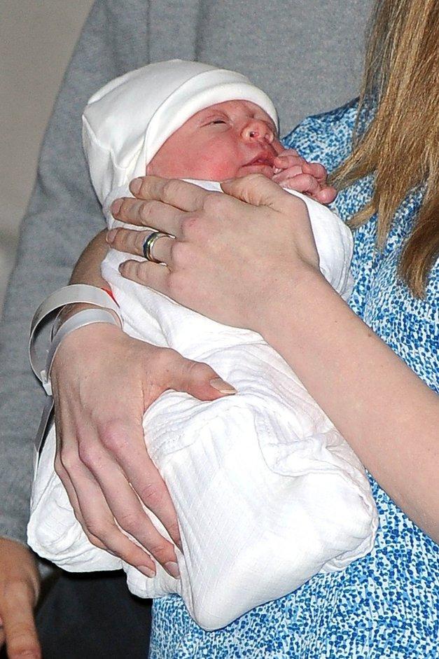Fotografije vnukinje Billa in Hilary Clinton ob odhodu iz porodnišnice (foto: profimedia)
