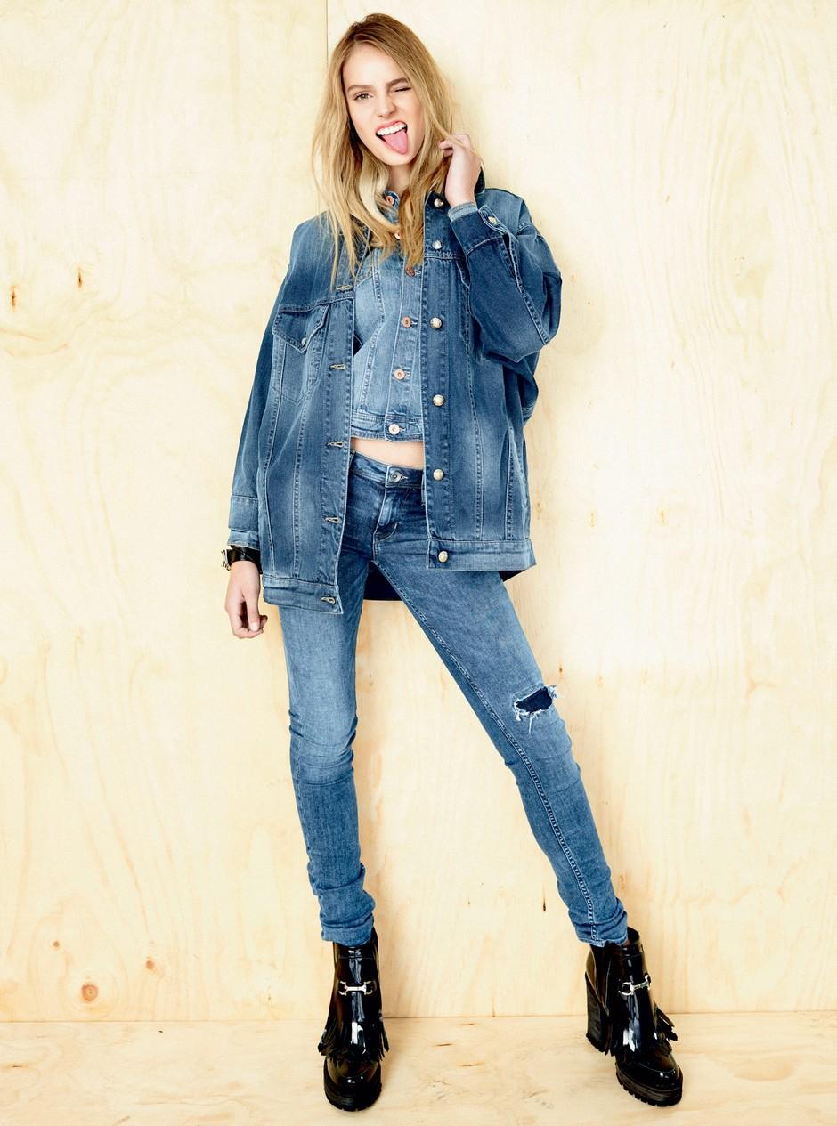 'Oversize' jakna, Mango; kratka džins jakna, H&M; kavbojke, H&M; zapestnica, Diesel; gležnjarji, Prüne.  (foto: Claudio Robles)