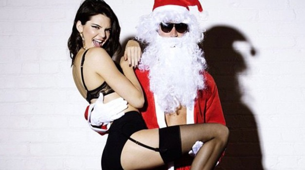Kendall Jenner posnela seksi koledar (s čudnim božičkom) (foto: Profimedia)