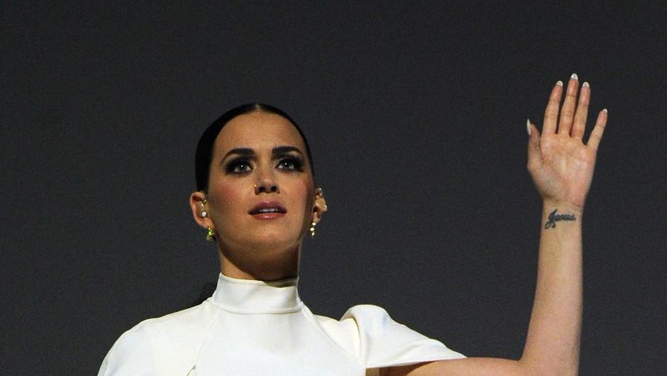 Katy Perry na grammyjih v kopiji poročne obleke Solange Knowles (foto: Profimedia)