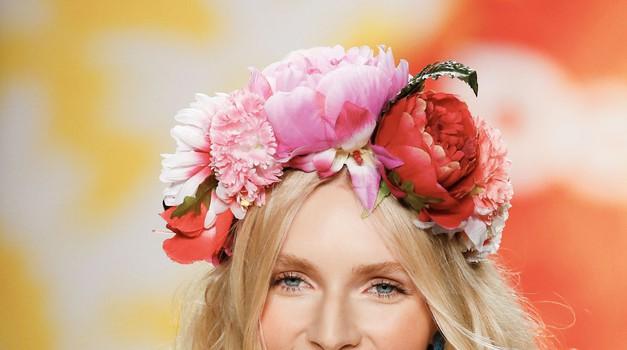Najboljši načini, kako si pričesko poživiš s cvetjem (foto: Profimedia)