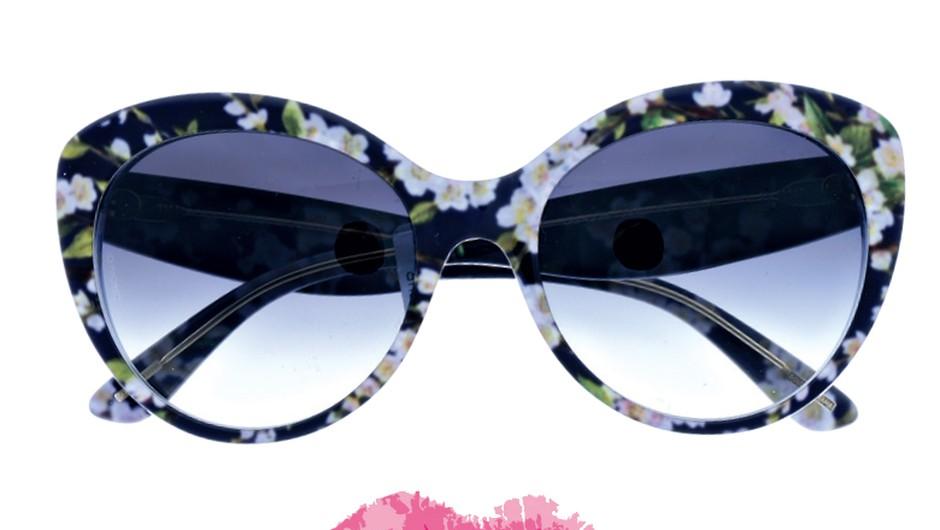 Očaraj okolico. Sončna očala Dolce & Gabbana (233,51 €); rdečilo za ustnice, Barry M Ultra Moisturising, odt. pink pearl (6,95 €) (foto: Primož Predalič, promocijsko gradivo, Shutterstock)