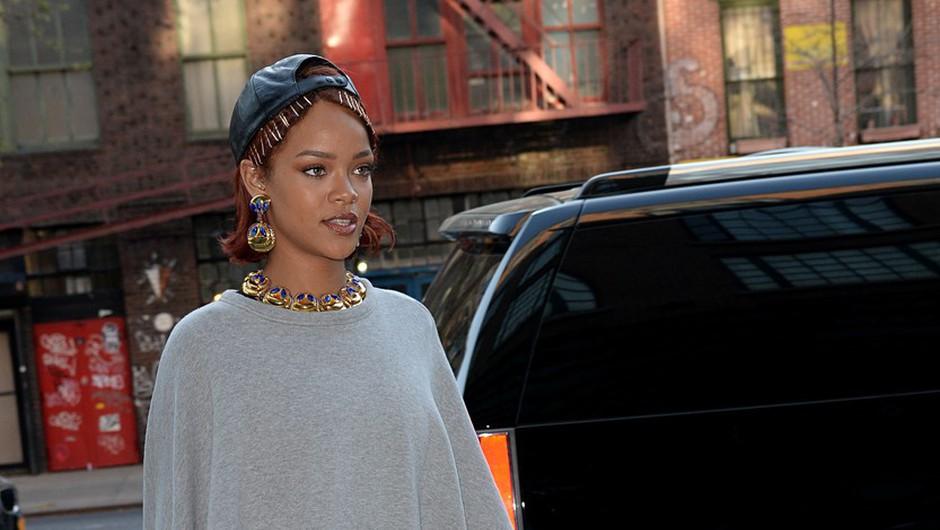 Rihanna presenetila z nenavadno opravo (foto: Profimedia)