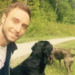 Mans na sprehodu s svojo psičko (foto: Facebook)