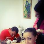 Žana med tetoviranjem (foto: Facebook)