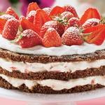 Jagodno-nugatova torta. Slastna in pripravljena brez peke. Idealno za začetnike. RECEPT: http://www.lisa.si/recepti/velikonocne-torte/ (foto: Lisa)