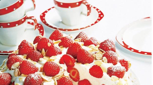 Kremna torta z jagodami. Sladki jagodni recept brez peke. RECEPT: http://www.lisa.si/recepti/kremna-torta-z-jagodami/ (foto: Lisa)
