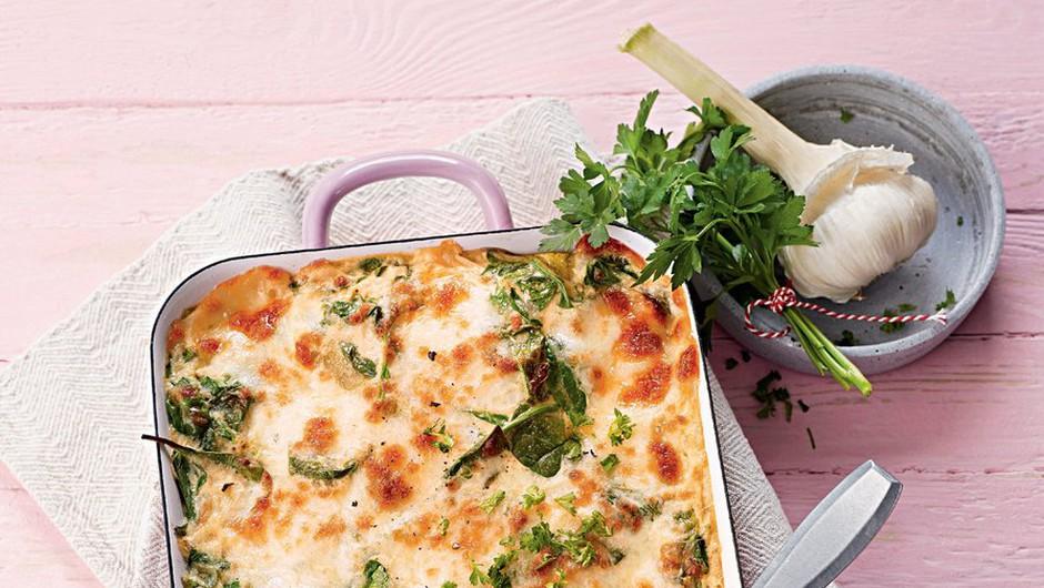 Špinačna lazanja. Pri tej nebeški jedi ne boš pogrešala mesa. RECEPT: http://www.lisa.si/recepti/spinacna-lazanja/ (foto: Lisa)