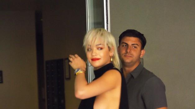 Rita Ora v najbolj vroči zvezdniški obleki do zdaj? (foto: Profimedia)