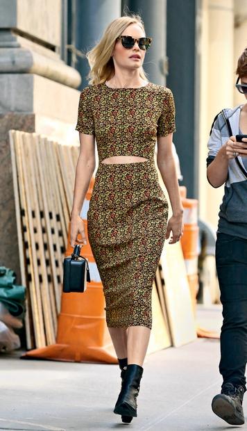 Kate Bosworth v svoji različici vintagea z obleko, ki samo nakazuje, da bi lahko bila iz dveh delov. Očitno je …