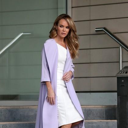 Modni ulov: Amanda Holden v nežnem odtenku sivke