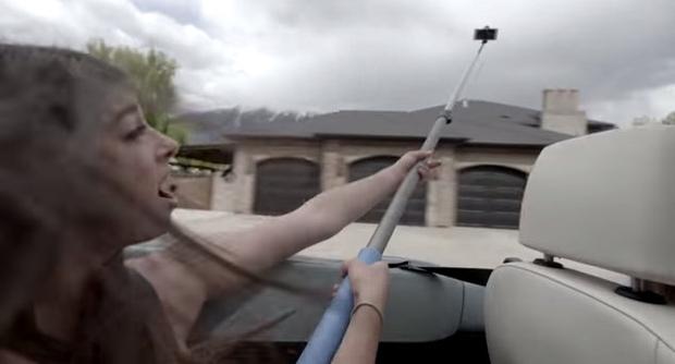 Selfie stick med vožnjo je zelo nevarna reč!