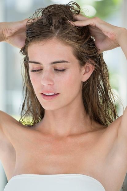 1. korak: Pospeši pretok lasišča! To lahko narediš z redno masažo lasišča - na primer ob vsakem nanašanju šampona, lasišče …