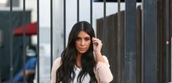 Kim Kardashian se že lepo pozna nosečniški trebušček