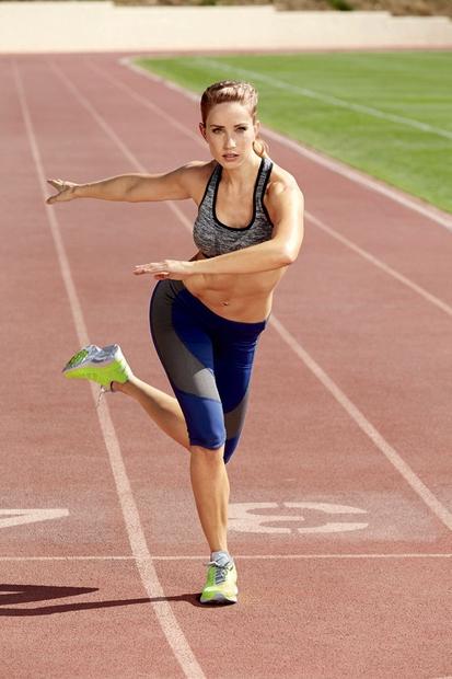 Zamenjaj strani in naredi enak gib na levo stran pod kotom 45 stopinj. Eno minuto skači enkrat na eno in …