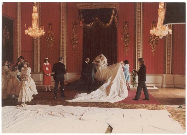Princesa Diana in princ Charles sta se poročila v katedrali St. Paula, kjer je bilo kar 3500 gostov. Slike prikazujejo …
