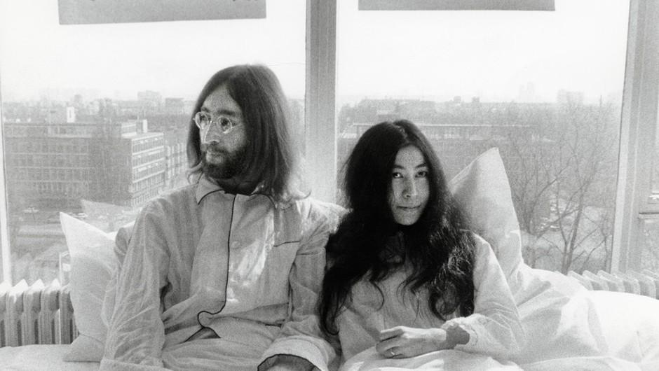 Ko se je John Lennon poročil z Yoko Ono, japonsko konceptualno umetnico, so bili vsi po malem zgroženi. (foto: Profimedia)