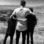 """David s svojim drugim in tretjim sinom. """"Bratski objem. Moja čudovita sinova."""" (foto: Beckham)"""