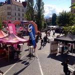 Tek v petkah Prešernov trg vsako leto za nekaj trenutkov obarva roza. (foto: Cosmopolitan)