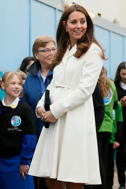Kate Middleton, modna vzornica žensk po vsem svetu, je spremenila frizuro. Odločila se je za nevpadljiv fru fru! Poglej si, …