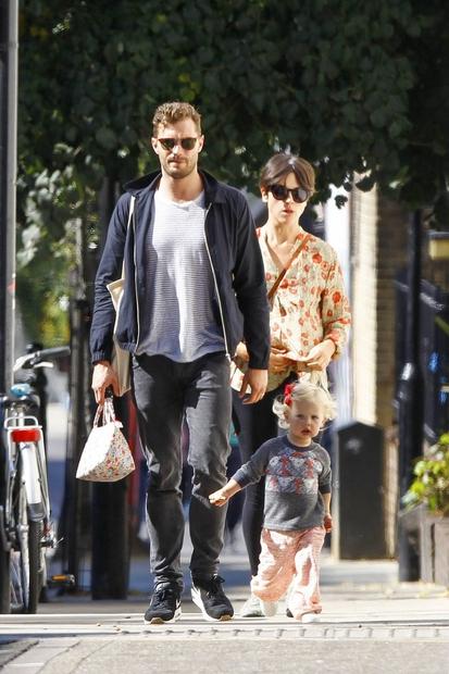 Jamie Dornan, Amelia Warner in Dulcie Dornan so se na čudovit jesenski dan takole sprehajali Notting Hillu, kjer so jih …
