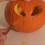 Ko to naredimo, z nožem po črtah, ki smo jih narisali, izdolbemo obraz. (foto: Youtube)