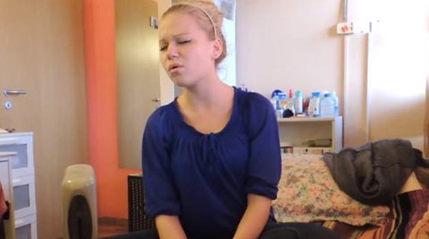 VIDEO: Sara Hercog pri 15-ih osupnila z nastopom na šolski predstavi! (foto: Youtube)