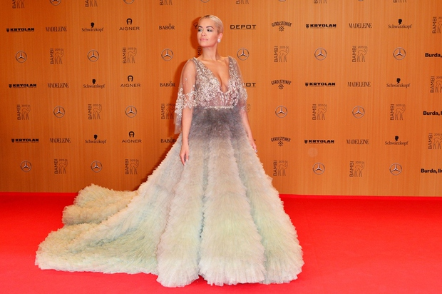 Rita Ora se je 67. podelitve nagrad BAMBI v Berlinu udeležila v čudoviti obleki, ki smo jo videli na predstavitvi …